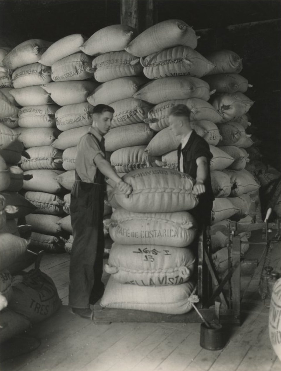 Kaffeeballen werden um 1930 gewogen