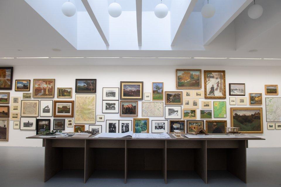 Einblick in die Ausstellung im Haus im Schluh mit zwei Wandteppichen aus der sechsteiligen Arbeit.