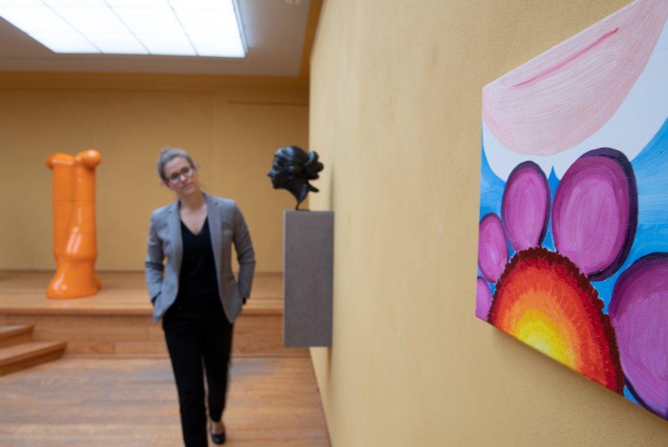 Eine Besucherin in der Ausstellungssektion »[anders] schauen« in der Großen Kunstschau