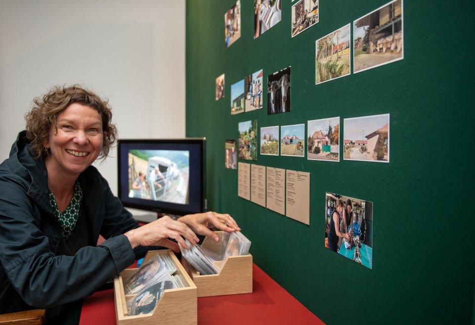 Die Künstlerin Antje Schiffers in ihrer raumfüllenden Arbeit im Barkenhoff .