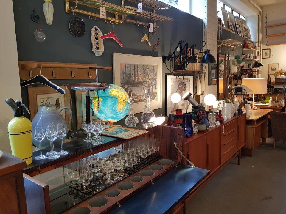 Zu sehen sind diverse Vintage Möbelstücke im Laden Knobs'N Knockers.