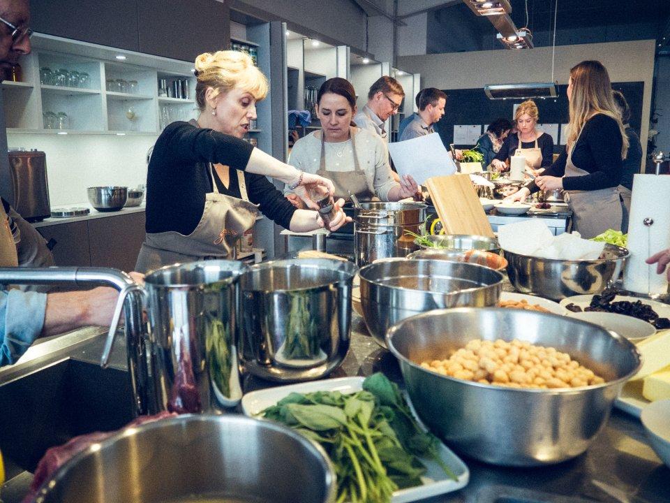 Kochteilnehmer bereiten das Menü vor