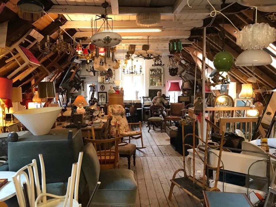Zu sehen ist ein ausgebauter Dachboden mit sehr vielen Möbeln.