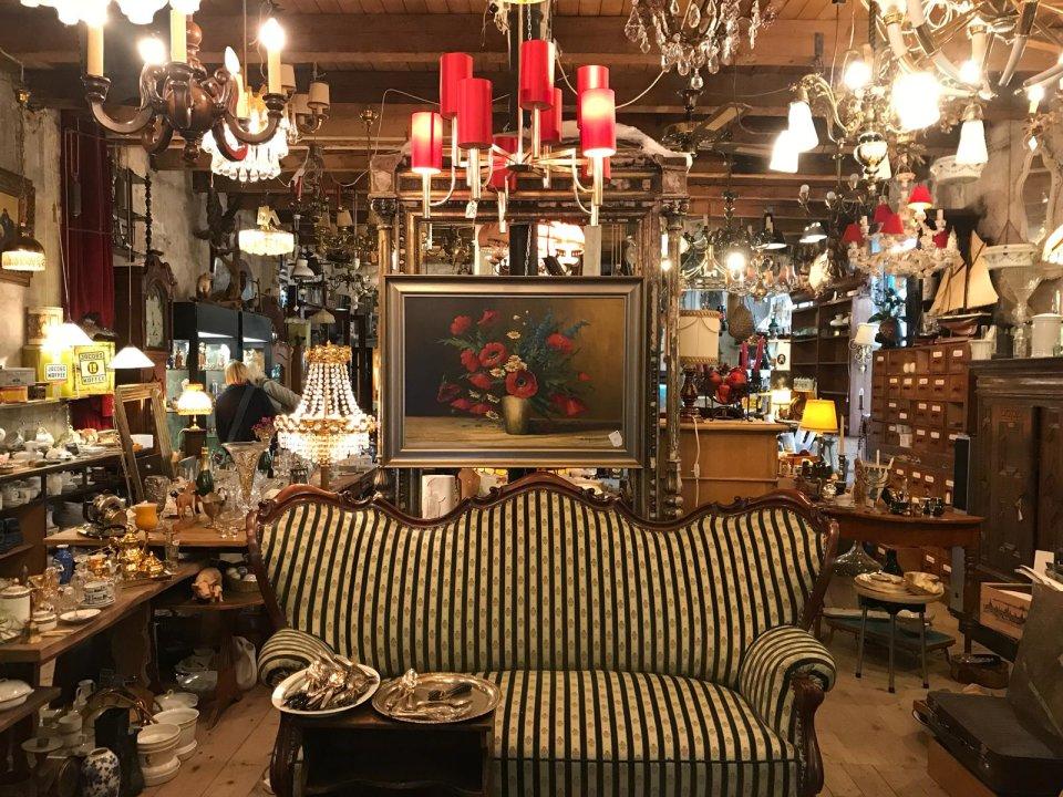 Viele Möbel im Laden 38 und im Vordergrund ein großes Vintage Sofa.