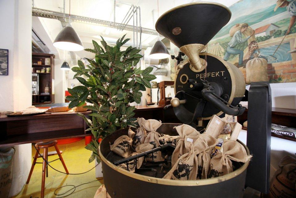 Kaffeesäcke in einer historischen Kaffeemühle