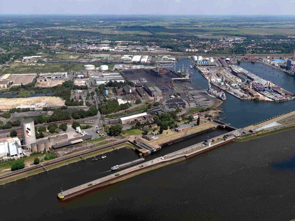 Luftbild Industriehafen, Schleuse Oslebshausen (Quelle: bremenports und BLG LOGISTICS / Foto: Wolfhard Scheer)