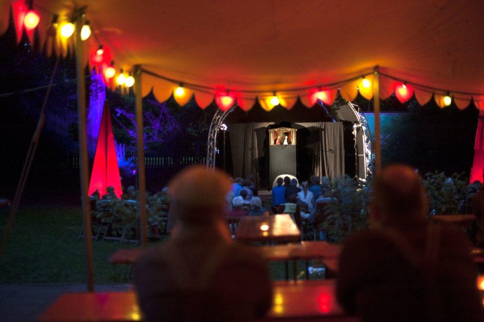 Ein Puppentheater steht auf einer Bühne.