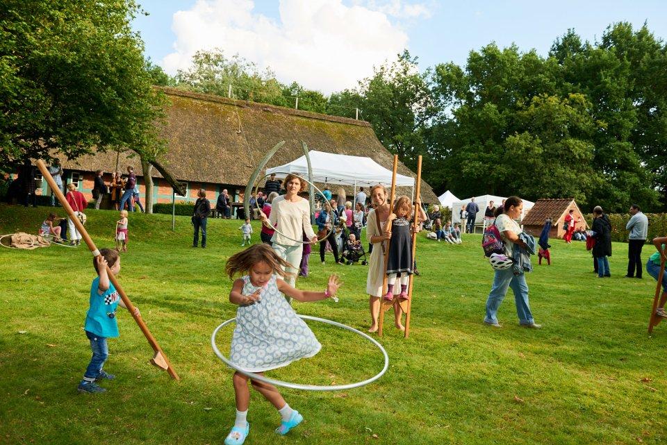 Kinder haben Spaß mit ihren Eltern auf dem Stadtteilfest.
