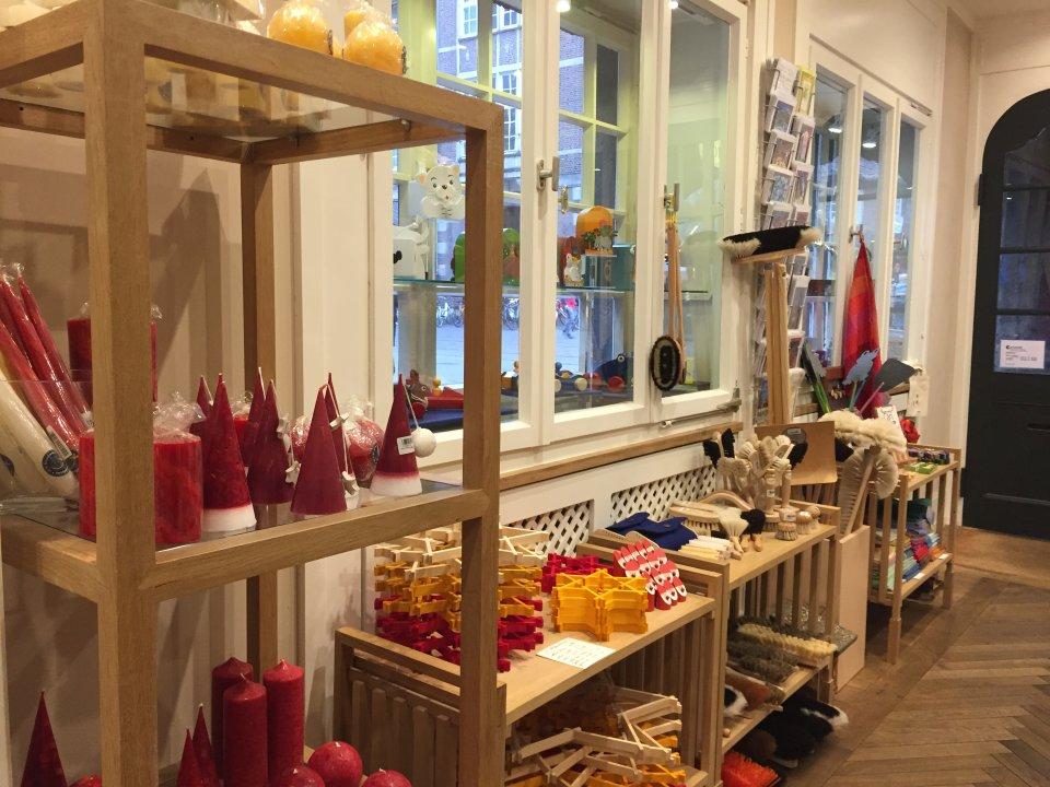 Eine Seite des Martinshofgeschäfts in der Innenstadt. Zu sehen sind einige weihnachtliche Produkte, wie Kerzen, Holzsterne oder kleine Holznikoläuse.