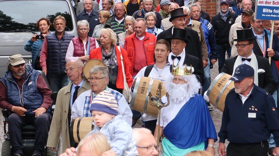 Menschenmenge mit Matjesfässern