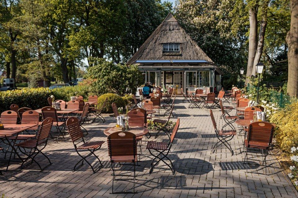Das Restaurant Landhaus Wohnküche ist ein Fachwerkhaus mit vorgestelltem Biergarten