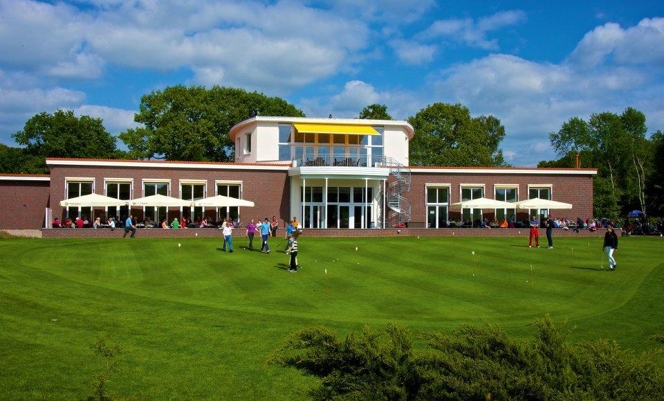 Blick auf das Clubhaus vom Golfclub Oberneuland.
