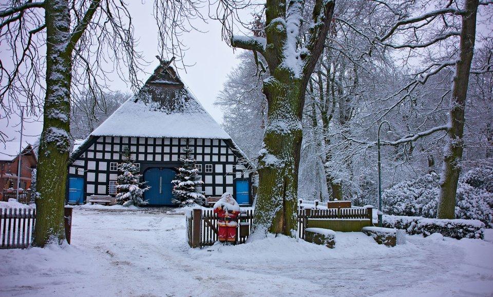 Ein Fachwerkhaus im Schnee.