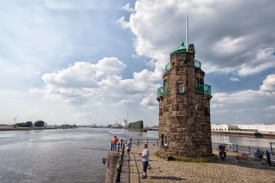 Auch angeln lässt es sich gut in Bremen, zum Beispiel am Molenturm in maritimer Hafen-Atmosphäre.