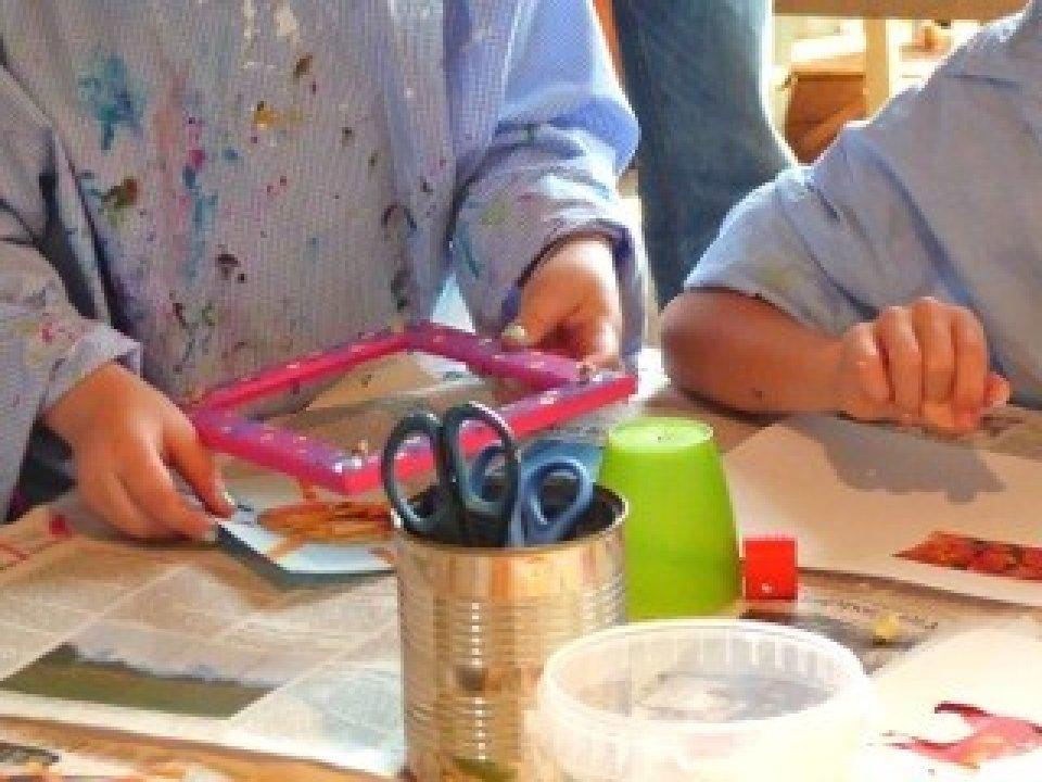 Zwei Personen an einem Tisch mit Bastelutensilien.