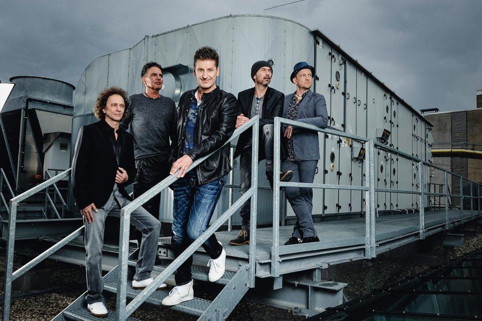 Die Bandmitglieder von Pur stehen auf einer Treppe aus Metall.