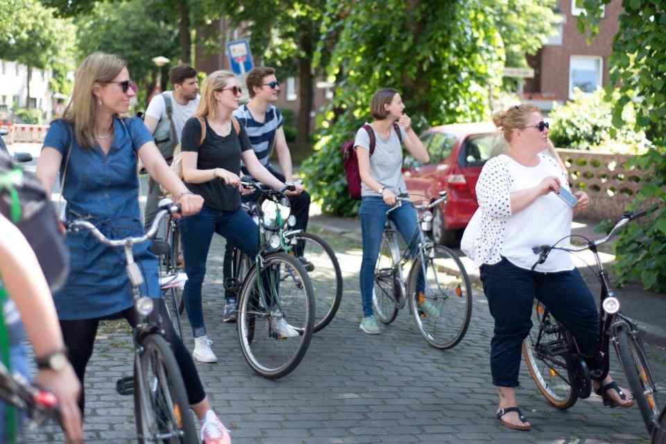 Eine Gruppe junger Menschen bei einer Fahrradtour in Gröpelingen