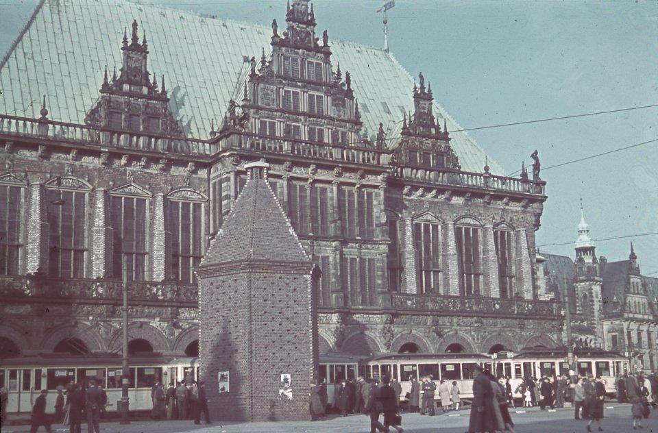 Das Bremer Rathaus und der eingemauerte Roland, Foto aus dem Jahr 1943; Quelle: Staatsarchiv Bremen