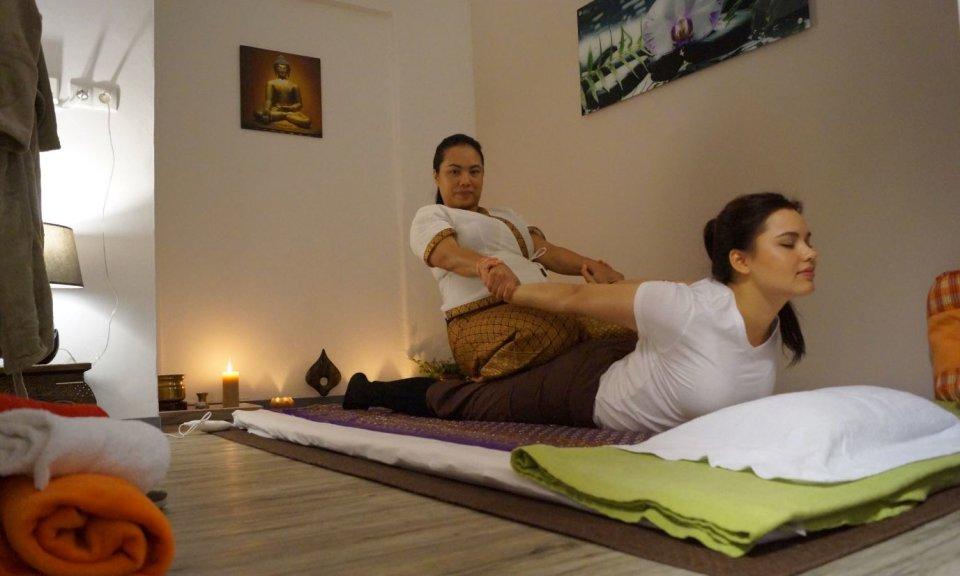 Dehnung bei einer Thai Massage
