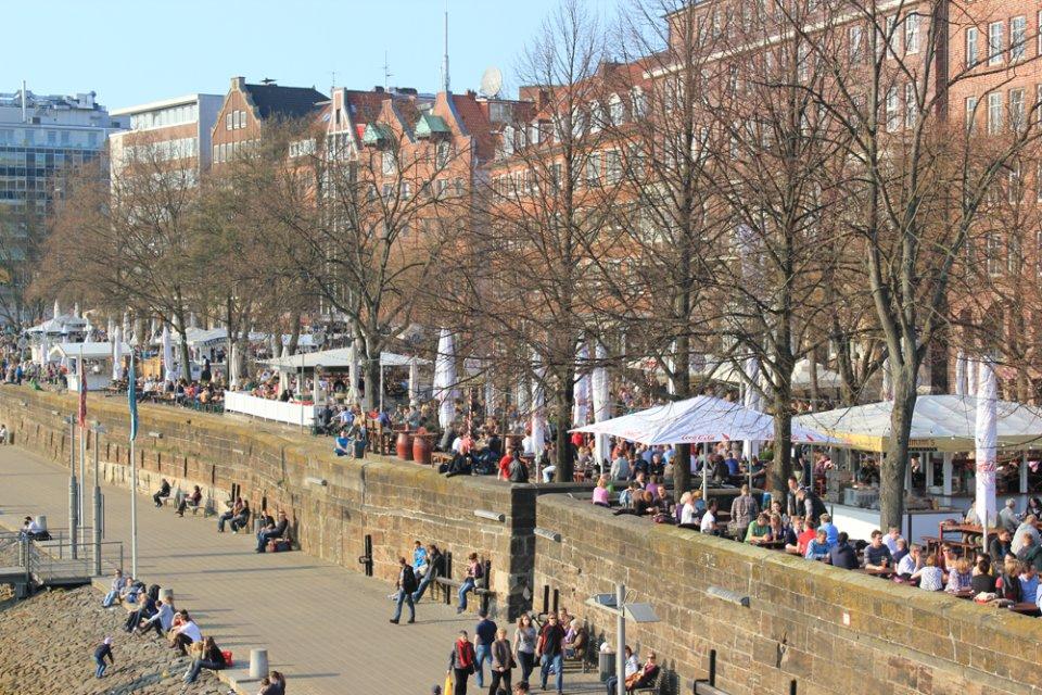 Sitzende Menschen an der Weserpromenade