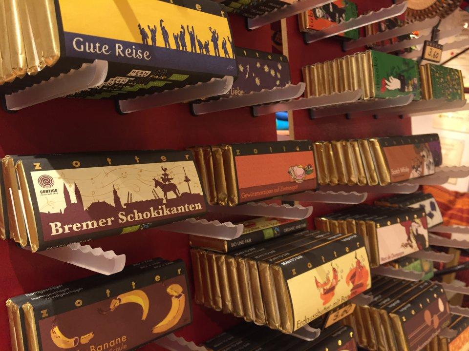 """Ein Schokoladenregal in dem Fairtradegeschäft Contigo in der Bremer Innenstadt. Nur hier gibt es die besondere Tafel namens """"Schokikanten""""."""