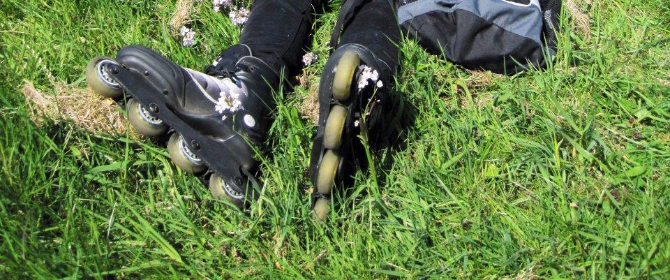 Inlineskates im Gras