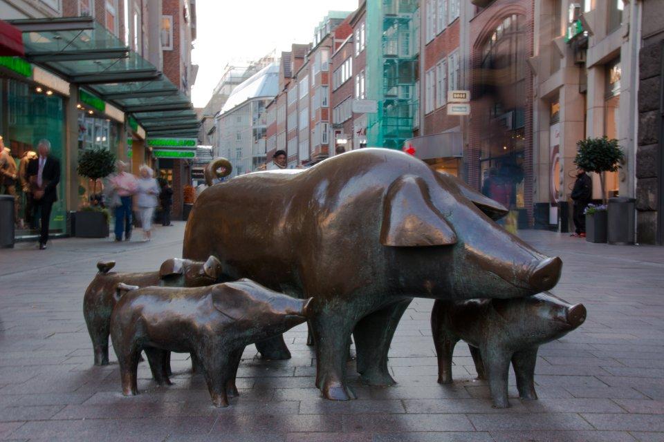 Das Bronzedenkmal der Schweine in der Sögestraße.