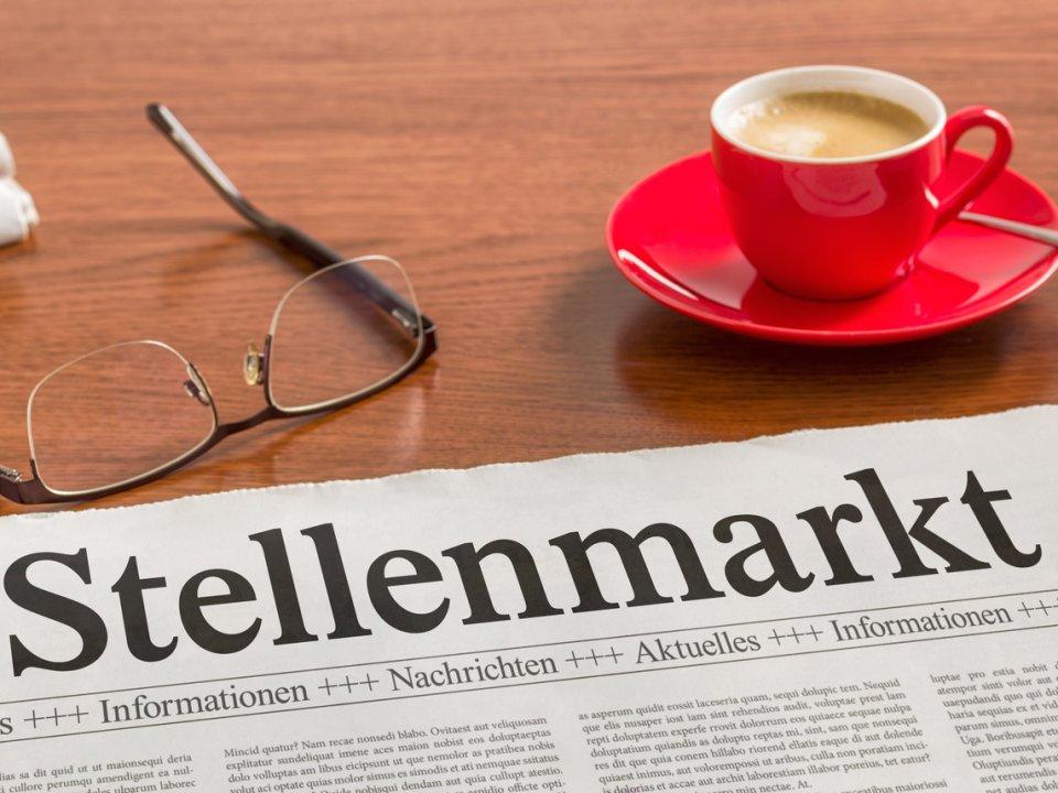 Eine Zeitung zum Thema Stellenangebote liegt auf einem Tisch