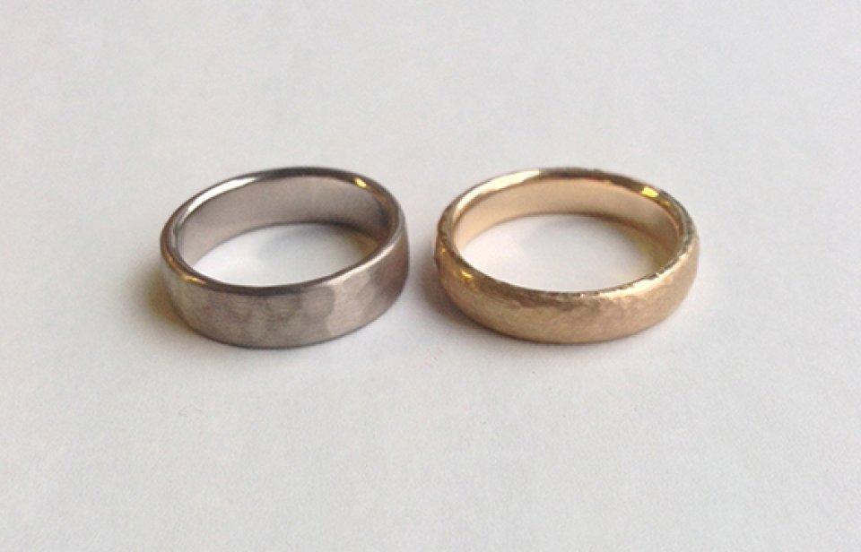 Strukturierte Ringe in silber und gold.