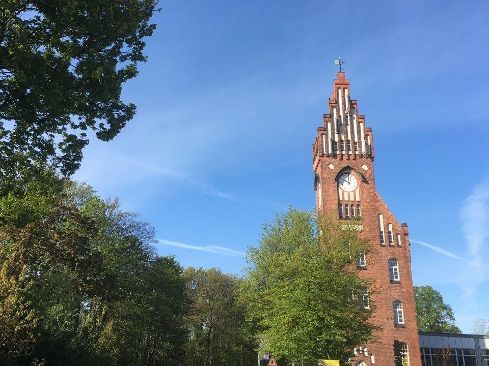 Ein Turm mit Uhr vor blauem Himmel