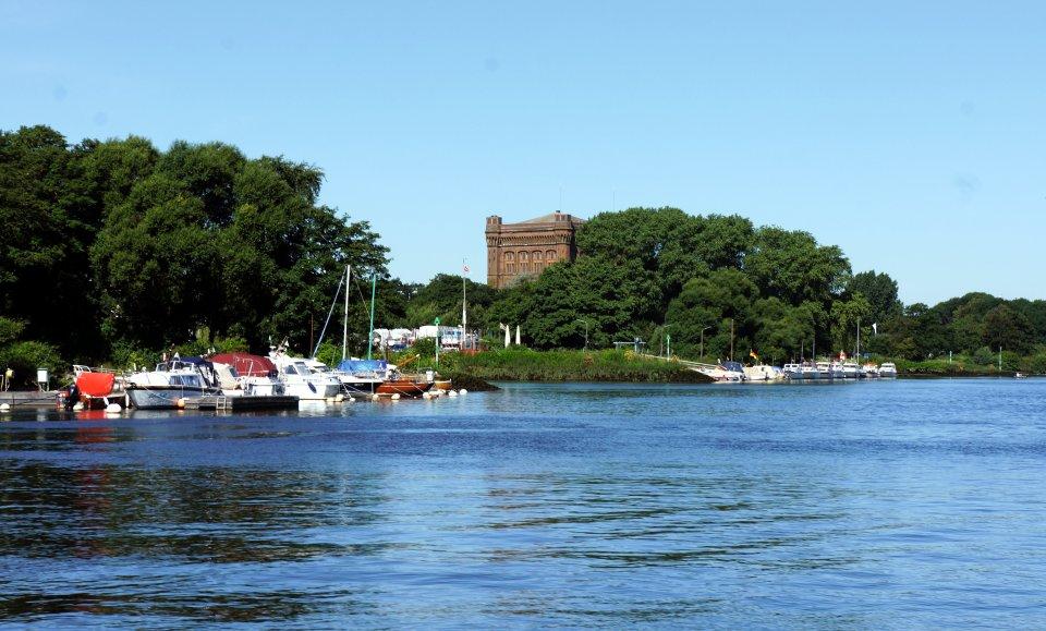 Blick auf die Weser mir einem Turm im Hintergrund