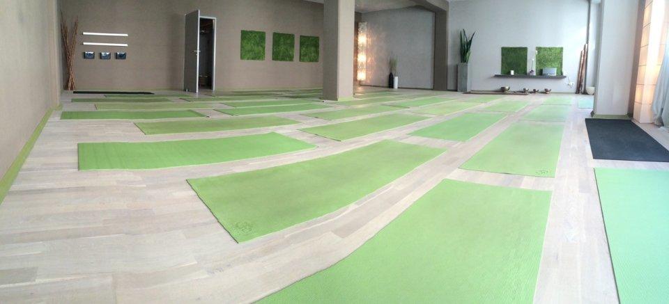 Ein Yoga Raum ist mit Matten ausgelegt.