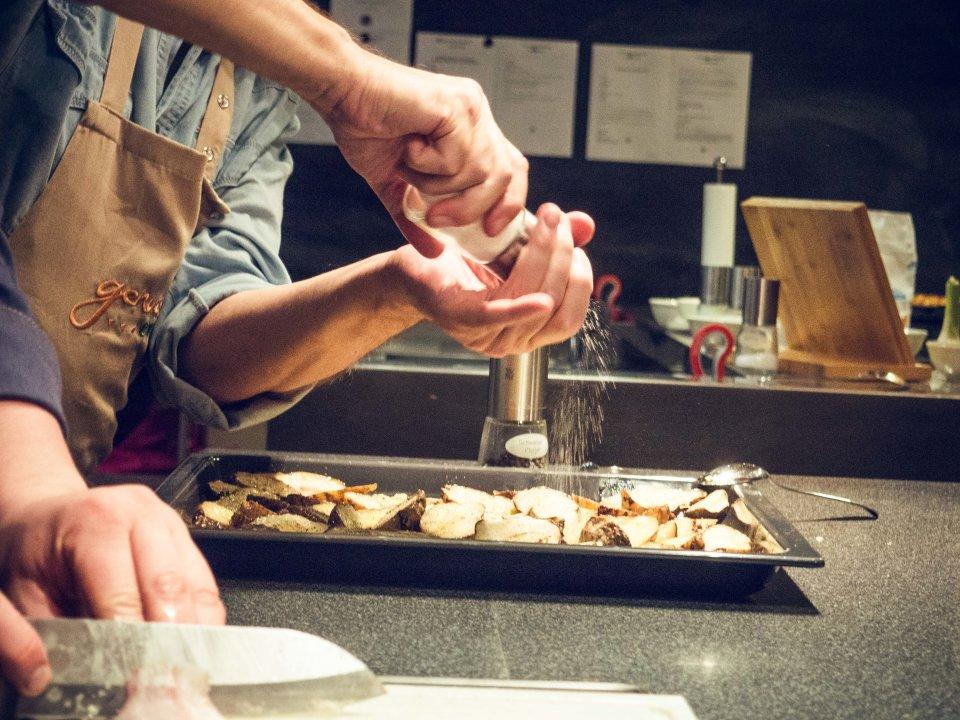 Kartoffelscheiben werden gewürzt