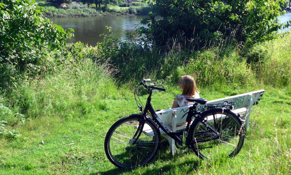 Eine junge Dame macht Pause am Wasser