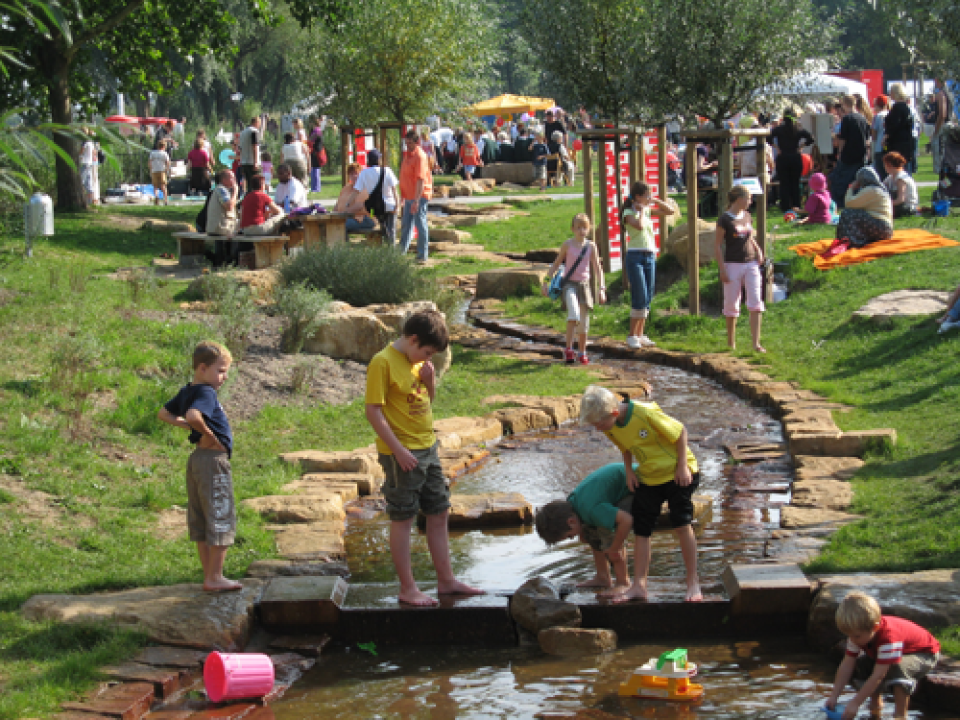 Kinder in der Grünanlage Westerdeich auf einem Wasserspielplatz