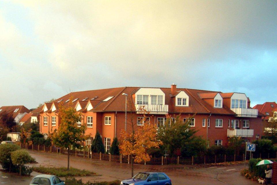 Häuser vor wolkigem Himmel in Weyhe