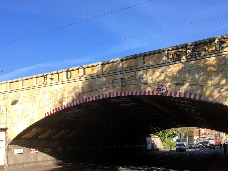 Ein Tunnel für Fahrzeuge unter einer Eisenbahntrasse