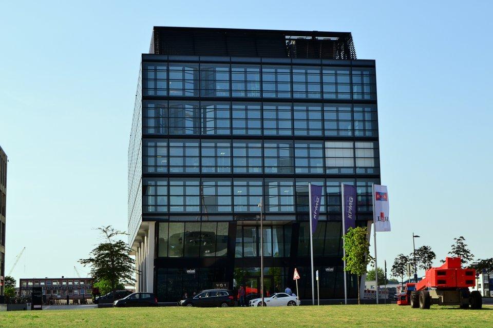 Das WQ1-Bürogebäude aus der frontalen Perspektive